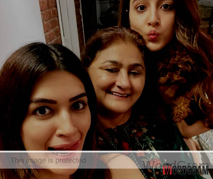 Nupur Sanon Family - With Mother And Sister