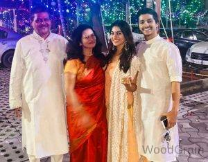 Aparna Dixit With Family - Parents And Brother