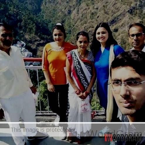 Chitra Tripathi With Her Parents And Siblings