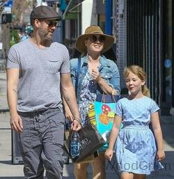 Amy Adams With Her Husband And Daughter
